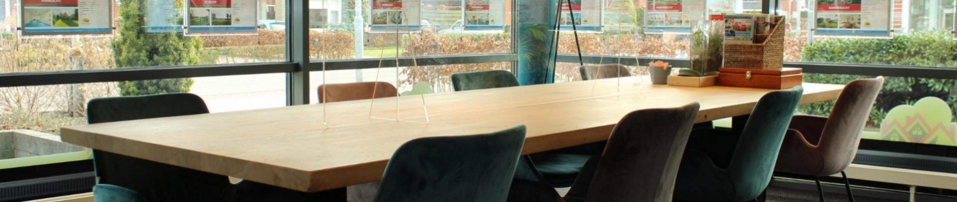 Tafel met stoelen in pand Hondeveld